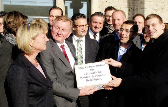 von links: Edith Sitzmann, Ulrich Schmiedel, Peter Hauck, Dr. Rülke, Sebastian Müller, Urs Unkauf bei der Übergabe der Unterschriften im Landtag
