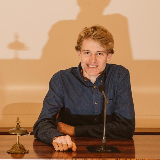 Lukas Mörchen am Mikrofon