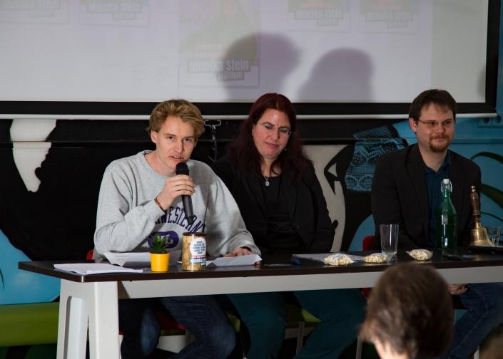 Hier hätte ein Foto von Lukas, Monika und Markus am Redepult im Grünhof sein müssen.